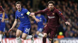 Lionel Messi kämpar om bollen med Cesar Azpilicueta