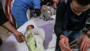 Sårade bebisar vårdades på ett sjukhus i Duma, den största staden i östra Ghouta på måndagen 19.2.2018
