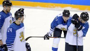 Besvikna ishockeylejon efter OS-förlusten mot Kanada.