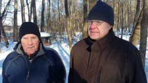 Lasse Estlander och Kaj Werner står ute. Bakom dem skymtar träd och snö på marken.