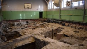 Ruiner i gymnastiksalen i Katedralskolan.