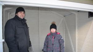 Janina Blomqvist tillsammans med sin pappa laddar upp inför sin skridskoåkning på torget