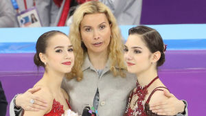 Konståkarna Alina Zagitova och Jevgenia Medvedeva med sin tränare Eteri Tutberidze i Pyeongchang 2018.