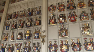 Adliga släkttavlor på Riddarhusets vägg.