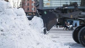 Traktori tekee lumenaurausta