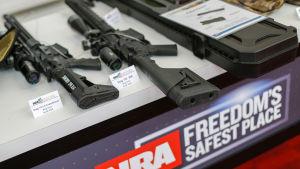 Uppvisning av vapen på NRA:s årliga möte i Georgia 2017.