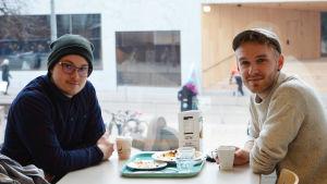 Studerande Alexander Särkelä och Jon Järviniemi.