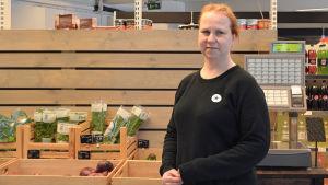 Pauliina Silventoinen står i bybutiken meidän kauppa i Lovisa