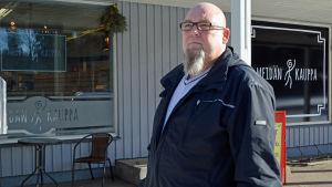 En kund på väg till by butiken i Valkom, Kari Pelkonen brukar handla där ungefär dagligen.
