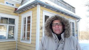 Harald Wentzel framför Prästgården i Kyrkslätt.