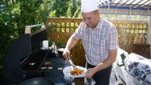 Daniel Lindström grillar grönsaker.