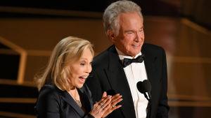 Närbild på Faye Dunaway och Warren Beatty på Oscarsgalan 2018.