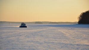 Svävare som kör på isen utanför Dalsbruk.