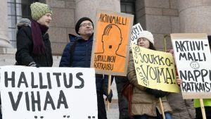 Demonstration mot aktiveringsmodellen utanför riksdagen fredagen den 9 mars.