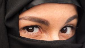 Närbild av ögonen på en kvinna klädd i slöja.