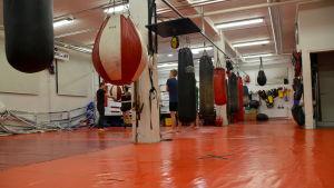 Juniorer tränar thaiboxning i Ånäshallen.