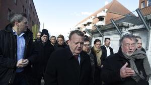 Danmarks statsminister Lars Løkke Rasmussen tillsammans med flera av sina ministrar i Mjølnerparken.