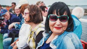 Arja Pekkala-Matikainen med solglasögon och ett brett leende.