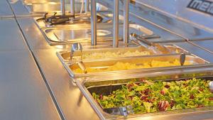 Bild på saladsbordet i Strömborska skolan.