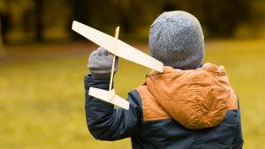 Barn med leksaksflygplan.