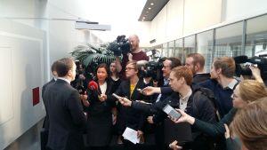 Journalister intervjuar åklagare i Egentliga Finlands tingsrätt.