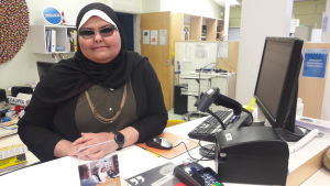 Nahla Hewidy jobbar i biblioteket i Malmgård i Helsingfors.