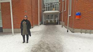 Nahla Hewidy utanför biblioteket i Malmgård i Helsingfors.