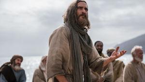 Jesus talar inför en grupp män på stranden.