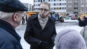 Blå framtids Simon Elo träffar folk på torget i Tamerfors