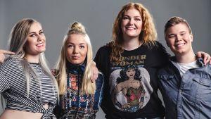 Naissotilaat-sarjan Moona, Pirita, Miisa ja Jenni ryhmäkuvassa.