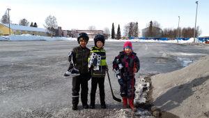 André Nordmyr, Wincent Herler och Pinja Herler på skridskobanan i Smedsby.