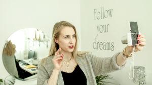 Sandra Holmäng filmar sig själv för sin modevlogg.
