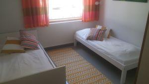 Ett av rummen i skyddshemmet Pellas med två bäddade sängar.