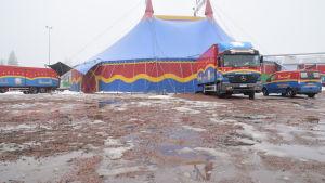 Det är väldigt vått utanför Sirkus Finlandias tält i april 2018 i Karis.