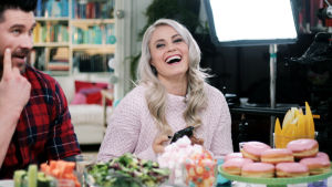 Jani Kokki ja Lotta Harala istuvat brussipöydässä. Lotta nauraa.