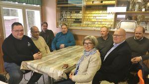 En grupp människor runt ett bord.