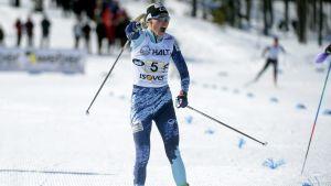 Anne Kyllönen jublar då hon korsar mållinjen.