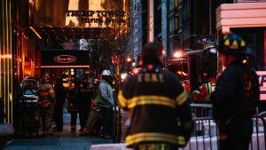 Brandmän står utanför Trump Tower där en brand brutit ut.