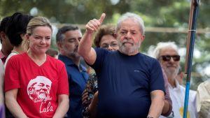 Lula höll ett brandtal till sina anhängare innan han lät sig gripas av polis.
