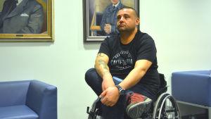Hassan Zubier sitter i rullstol och väntar på att rättegången mot den terrormisstänkte marockanen ska börja i Åbo.