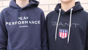 Två unga killar i märkeskläder.
