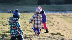 Barn leker utomhus.