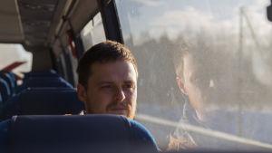 en man sitter i bussen