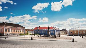 Pekkatorget i Brahestad. Per Brahes staty i bild.