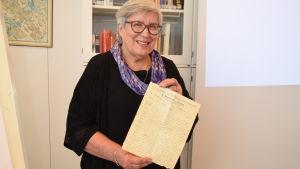 Eija Mäkinen, sondotter till Hugo Enbom som var fånge i Dragsvik under inbördeskriget 1918.