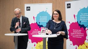 Yles nya vd Merja Ylä-Anttila höll personalinfo på tisdagen. Till vänster styrelsemedlem Thomas Wilhelmsson.