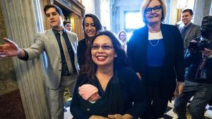 Tammy Duckworth med sitt barn i famnen.