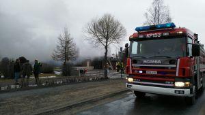 Tjock rök omkring brandplatsen.