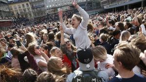 Tusentals fans samlades för att hedra Avicii på Sergels torg.