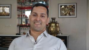 Mohammad Khajeheian sitter i en iransk restauranf